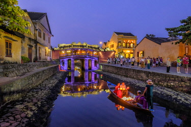 HMS2563233 Vietnam, South Central Coast region, Quang Nam province, Hoi An, the old town became a UNESCO world heritage site in 1999, the Japanese Pagoda Bridge is a covered bridge built in 1593 to connect the C...