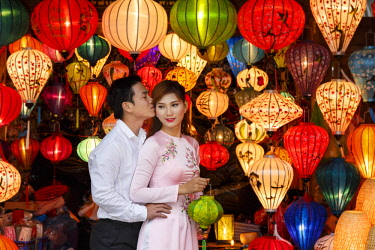HMS2689298 Vietnam, Quang Nam Province, Hoi An, newlyweds surrounded by chinese lanterns