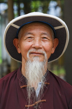 HMS2689313 Vietnam, Ninh Binh Province, Tam Coc, old man portrait with a pith helmet