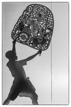 CM02143 Cambodia, Phnom Penh, traditional dance performance, shadow puppets
