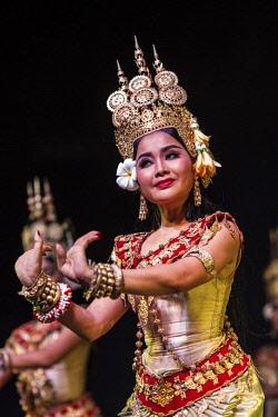 CM02152 Cambodia, Phnom Penh, traditional dance performance, apsara dancer