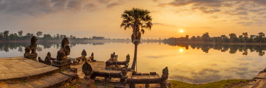 CM02183 Cambodia, Angkor, Sra Srang, former royal bathing pond, dawn