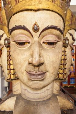 TH01515 Thailand, Bangkok, National Museum of Bangkok, large wooden head sculpture