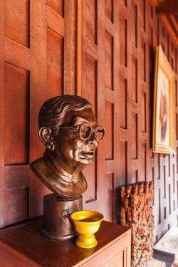 TH01544 Thailand, Bangkok, Silom Area, MR Kukrit Pramoj House, home of former Thai Prime Minister, bust of Kukrit Pramoj