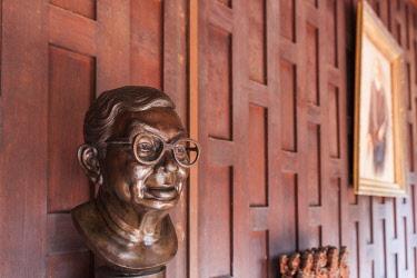 TH01545 Thailand, Bangkok, Silom Area, MR Kukrit Pramoj House, home of former Thai Prime Minister, bust of Kukrit Pramoj