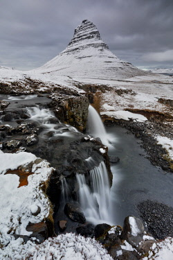 CLKCC90597 Kirkjufellsfoss and Kirkjufell mountain, Grundafjord, Vesturland, Western Iceland, Europe
