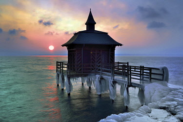 IBXDAB04649973 Bathhouse on pier with icicle in winter at sunrise, Lake Neuchâtel, Gorgier, Canton Neuchâtel, Switzerland, Europe