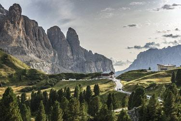 IBXMMW04565872 Val Gardena Pass, Passo Gardena, 2121m, left Sella Group with Murfreitspitze, nature park Park Puez-Geisler, Dolomites, Selva di Val Gardena, South Tyrol, Trentino-Alto Adige, Italy, Europe