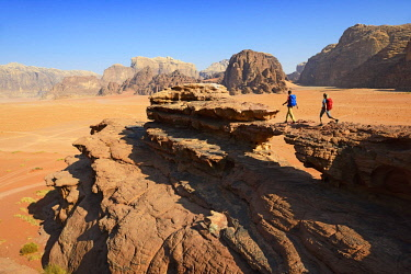 IBXNEX04576345 Couple hiking at Rock Arch, Al Borg Alsagheer, Wadi Rum, Jordan, Asia
