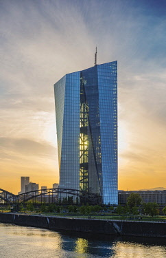 IBXCAG04387048 European Central Bank, ECB, evening light, backlit, skyline, Frankfurt am Main, Hesse, Germany, Europe