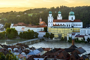 IBXRAI04093707 Inn river with Marienbr�cke bridge, at the back the opera house and theatre, the parish church of St Paul and St. Stephen's Cathedral, on the right the New Bishop's Residence, historic centre, Passau,...