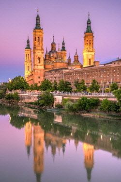 SPA8205AWRF Cathedral-Basilica of Our Lady of the Pillar or Catedral-Basilica de Nuestra Senora del Pilar viewed from across the Ebro river, Zaragoza, Aragon, Spain