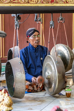 IDA0801AW Gamelan orchestra performance, Kraton palace, Yogyakarta, Java, Indonesia