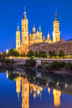 SPA8193AW Cathedral-Basilica of Our Lady of the Pillar or Catedral-Basilica de Nuestra Senora del Pilar viewed from across the Ebro river, Zaragoza, Aragon, Spain