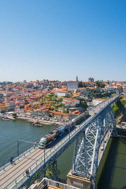 POR9913AWRF Portugal, Norte region, Porto (Oporto). Ribeira district (old town) and the Dom Luis I bridge over the Douro river.