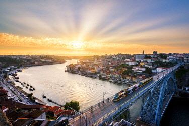 POR9864AW Portugal, Norte region, Porto (Oporto). Dom Luis I bridge and Douro river at sunset.