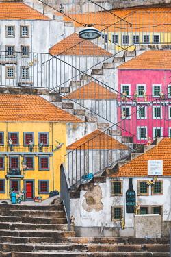 POR9867AW Portugal, Norte region, Porto (Oporto). Street art in Villa Nova de Gaia.