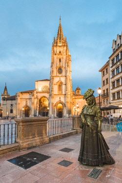 SPA8273AW Spain, Asturias, Oviedo. Cathedral of San Salvador, and the Statue of La Regenta