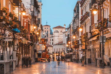 SPA8294AW Spain, Castile and Leon, Leon. Streets of the old town at dusk.