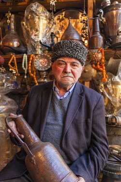 AZ01209 Azerbaijan, Lahic, metalworker in Astrakhan hat, MR