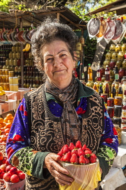 AZ01221 Azerbaijan, Vandam, woman vendor with fruit, MR