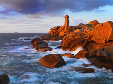 FRA10560AW France, Brittany, Cote de Granit Rose (Pink Granite Coast), Cotes d'Armor, Tregastel, Ploumanach (Men Ruz) lighthouse at dusk