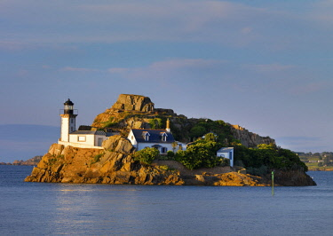 FRA10659AW France, Finistere, Bay of Morlaix, Carantec, Louet island and lighthouse