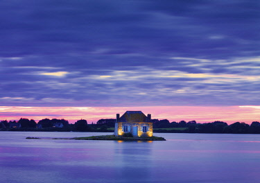 FRA10739AW France, Brittany, Morbihan, Belz, Etel river, St. Cado, house on the island of Nichtarguer at dusk