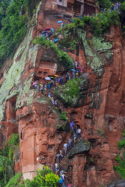 FVG033078 Tourists climb the cliff to admiring the Giant Buddha, the largest buddha of the world carved on Emei Shan, sacred mount, Leshan, Sichuan, China