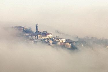 FVG036314 The small village of Frassinello Monferrato in the fog, Monferrato, Piedmont, Italy, Europe