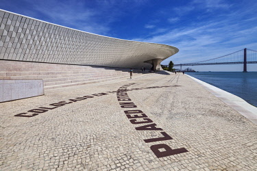 POR9952 The MAAT (Museum of Art, Architecture and Technology), on the Tagus River, designed by  Amanda Levete Architects, with the Tagus River suspension bridge in the background,  Lisbon, Lisboa, Portugal.