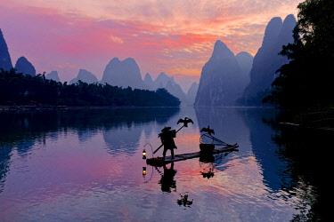 AS07AJE0480 Traditional Chinese cormorant fisherman, Li River, near Xingping, China