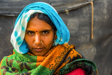 AS10AJN0083 India, Rajasthan. Nagaur, No Water No Life expedition, Nagaur Cattle Fair, portrait of woman in sari