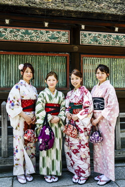 AS15MGL0101 Kyoto, Japan. Four young women dressed in traditional kimono at the Shinto Yasaka Shrine, Gion-jinja