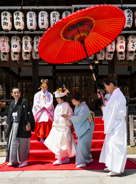 AS15MGL0105 Kyoto, Japan. Couple getting married in a Shinto wedding ceremony at the Shinto Yasaka Shrine, Gion-jinja