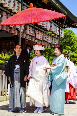 AS15MGL0107 Kyoto, Japan. Couple getting married in a Shinto wedding ceremony at the Shinto Yasaka Shrine, Gion-jinja