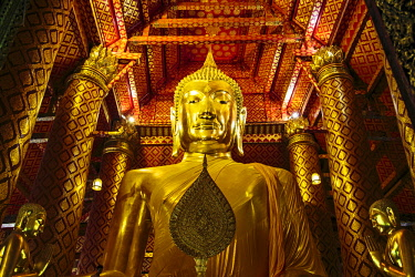 AS36MGL0031 Ayutthaya, Thailand. Wat Phanan Cheong Temple, Giant golden Buddha