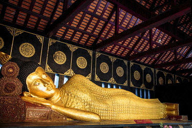 AS36MGL0136 Chiang Mai, Thailand. Large golden reclining Buddha housed in a temple at the Wat Chedi Luang temple