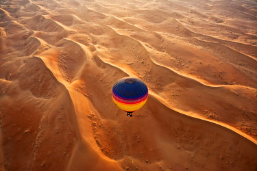 AS44MGL0005 Aerial view of the sand dunes of the Arabian Desert next to Dubai, United Arab Emirates