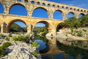 EU09BJN1997 Roman bridge and aqueduct, Pont du Gard near Nimes, Languedoc-Roussillon, France