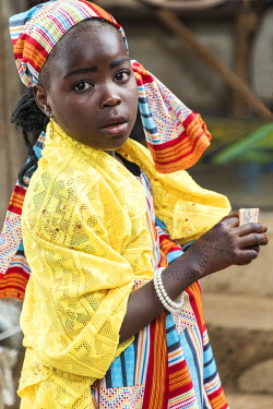 NGR1177 Nigeria, Kano State, Kano. A young Hausa girl with beautiful symmetric henna patterns on her hands in the sprawling 15th century Kurmi market.