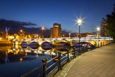 EU15BJN0283 Beacon of Hope statue, Lagan Bridge and town of Belfast, County Antrim, Northern Ireland, UK