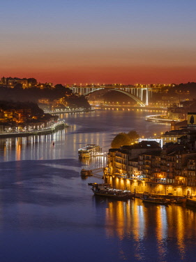 EU23MZW0441 Sunset over Rio Douro. Left Vila Nova de Gaia, right the old town. The old town is listed as UNESCO World Heritage Site. Portugal