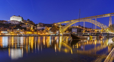 EU23MZW0464 View from Vila Nova de Gaia towards Porto with the old town, the bridge Ponte Dom Luis I and the traditional Rabelo boats, used to ship wine. The old town is listed as UNESCO World Heritage Site. Port...