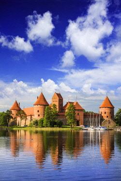 EU46MGL0020 Lithuania, Vilnius. Trakai Castle reflected Galve lake in Lithuania