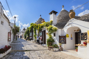 CLKMC93995 View of the typical Trulli huts and the alleys of the old village of Alberobello. Province of Bari, Apulia, Italy, Europe.