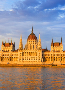 HUN1587AW Hungarian Parliament Building in the evening light, Budapest, Hungary