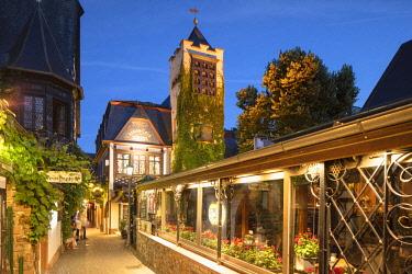 GER11089AW Drosselgasse Street at dusk, Rudesheim, Rhineland-Palatinate, Germany