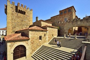 SPA8479AW Torre del Bujaco (Bujaco Tower), a moorish fortification, and Arco de la Estrella, a Unesco World Heritage Site. Caceres, Spain