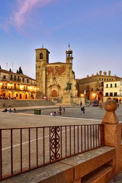 SPA8488AW The Plaza Mayor in the evening with San Martin church. Trujillo, Spain
